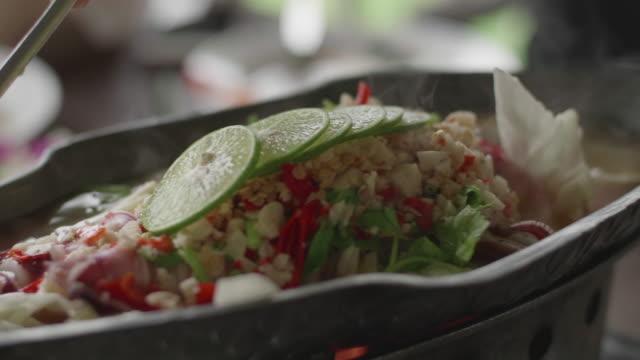 スパイシーなシーフード スープを汲み取り、伝統的なタイ料理 ビデオ