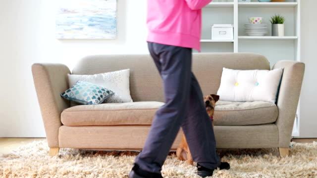 en dam och hennes hund - sitta bildbanksvideor och videomaterial från bakom kulisserna