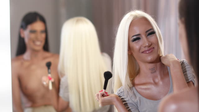 lady schminken auf mann - nackter oberkörper stock-videos und b-roll-filmmaterial