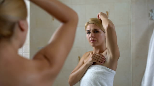 Lady dissatisfied with dry skin of armpit, low quality antiperspirant, body care video