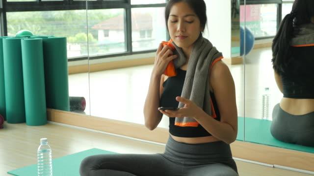 lady does yoga, take a break. front view. - posizione corretta video stock e b–roll