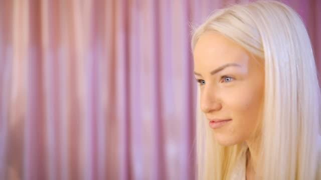 vídeos de stock e filmes b-roll de lady drawing eyebrows - sobrancelha