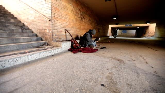 lady hjälpande hemlös man - cold street bildbanksvideor och videomaterial från bakom kulisserna