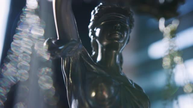 vidéos et rushes de lady justice les yeux bandés et tenant des balances et une épée. crime, justice, cour et concepts de droit. caméra red, ralenti - symbole