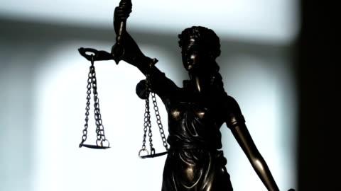 statua di lady justice - campo video stock e b–roll