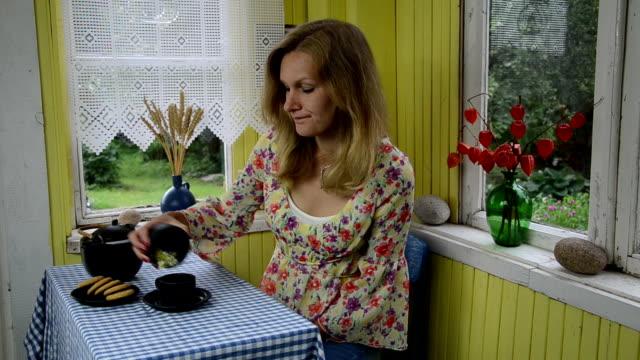 lady make natural tea video