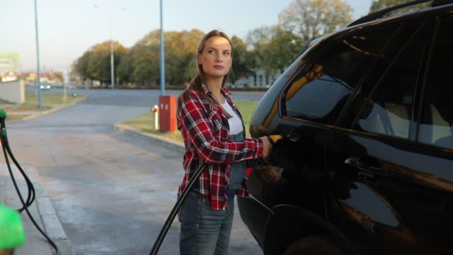 dame tankstellen auto - teurer lebensstil stock-videos und b-roll-filmmaterial