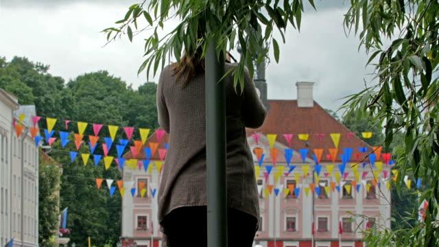 vídeos de stock e filmes b-roll de uma senhora de pé no pólo no parque - estónia