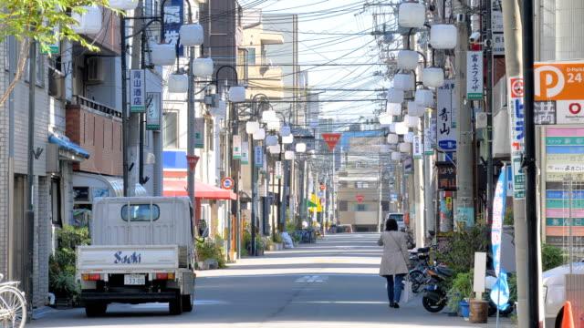 大阪日本の街路を歩く女性 ビデオ