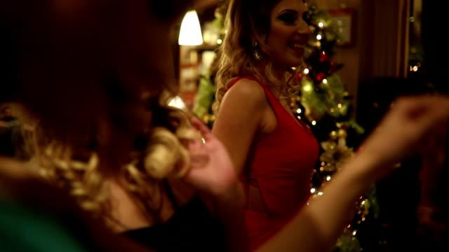 vidéos et rushes de ladys danse - soirées habillées