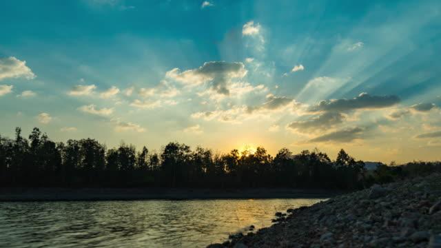 劇的な空、ハイパーラプスやタイムラプスビデオと日没時の湖 ビデオ