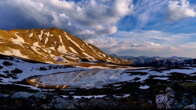vídeos de stock, filmes e b-roll de lago ao entardecer com montanha exibições aspen colorado - independence pass
