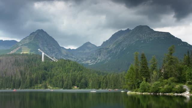 (timelapse) lake im štrbské pleso - slowakei stock-videos und b-roll-filmmaterial