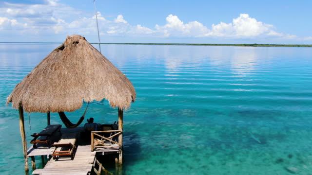 bacalar gölü tropikal hedef havadan drone görünümü - dalgakıran stok videoları ve detay görüntü çekimi
