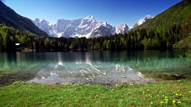 4 mevsim göl dağ başında aşağıda - mevsim stok videoları ve detay görüntü çekimi