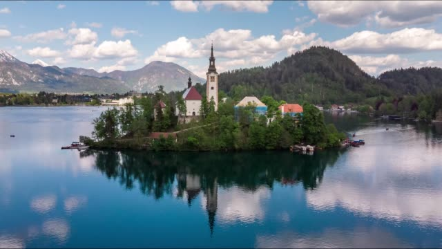 lake bled hyperlapse, timelapse with bled island and bled castle during sunset, slovenia - словения стоковые видео и кадры b-roll
