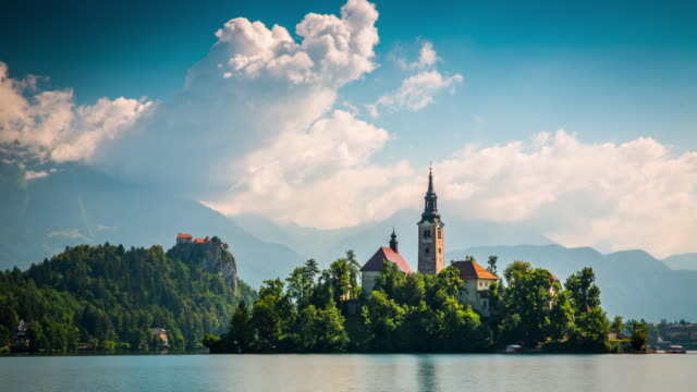 lake bled in slowenien - zeitraffer - slowenien stock-videos und b-roll-filmmaterial
