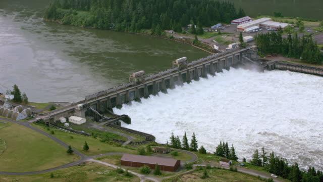 aerial lake bonneville on the columbia river - energia rinnovabile video stock e b–roll