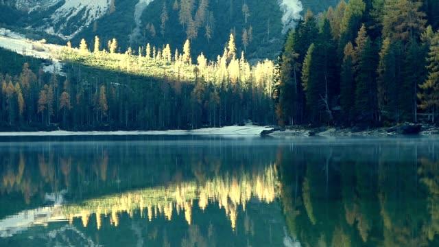 vídeos de stock, filmes e b-roll de braies lago nos alpes dolomitas, itália - esmeralda