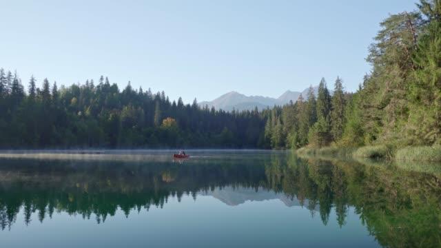 아침 안개와 호수 crestasee (지연 라 cresta) - 호수 스톡 비디오 및 b-롤 화면