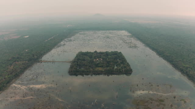 lake i kambodja nära angkor wat temple ancient ruin complex fullhd - strumpbyxor bildbanksvideor och videomaterial från bakom kulisserna