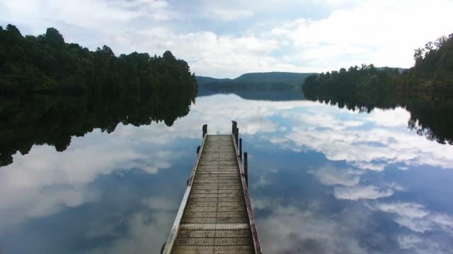 vídeos y material grabado en eventos de stock de lago mapourika wonderlust. - embarcadero