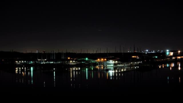 vídeos de stock, filmes e b-roll de lapso de tempo lago marina, à noite - marina