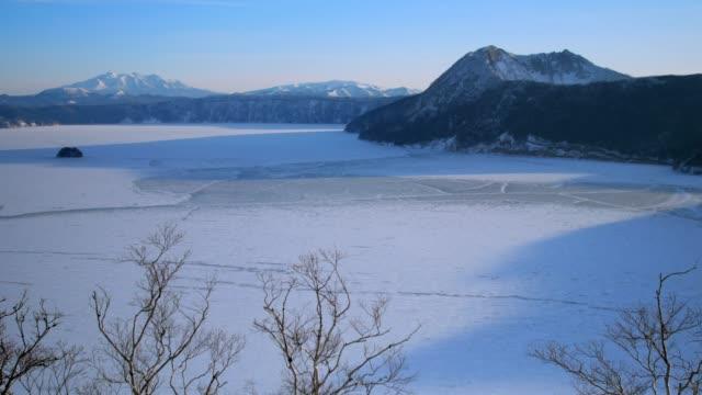 mashu-sjön, i akan nationalpark, hokkaido, japan - hokkaido bildbanksvideor och videomaterial från bakom kulisserna