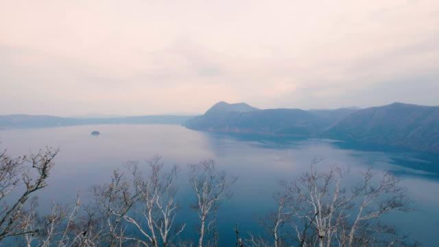 sjön mashu, akan nationalpark, hokkaido, japan, filmad i 4k - akan nationalpark bildbanksvideor och videomaterial från bakom kulisserna