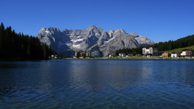 lake misurina med speglar klar himmel - delstaten tyrolen bildbanksvideor och videomaterial från bakom kulisserna