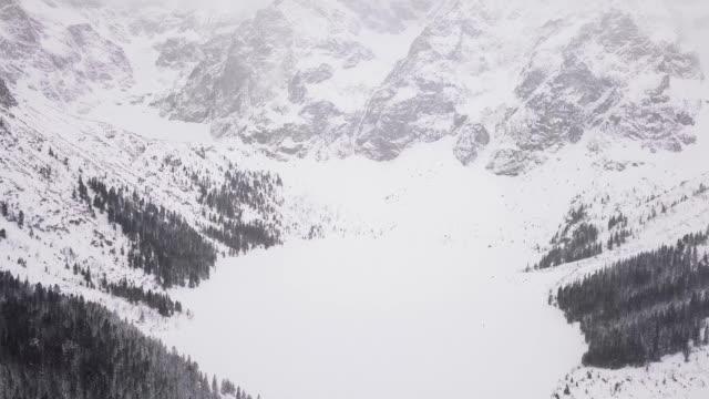tatras dağları 'nda morskie oko gölü - zakopane stok videoları ve detay görüntü çekimi
