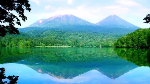 sjön onneto, akan nationalpark, hokkaido, japan. - hokkaido bildbanksvideor och videomaterial från bakom kulisserna