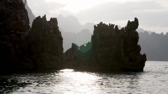lake, rocky cliffs and mountain silhouettes in thailand - юго восток стоковые видео и кадры b-roll
