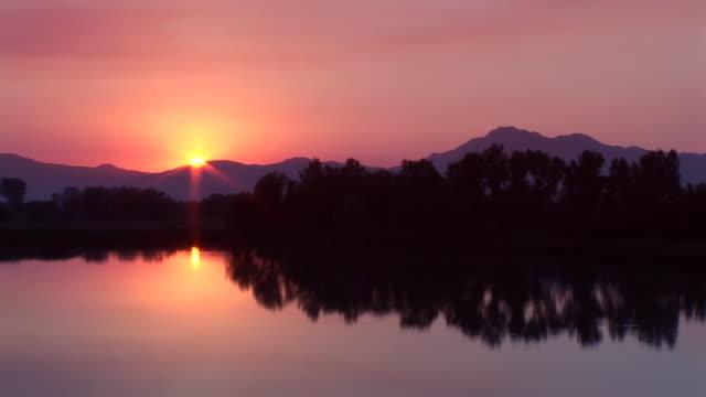 lago tramonto - ambientazione tranquilla video stock e b–roll