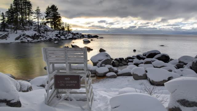vídeos de stock, filmes e b-roll de paisagem do inverno do porto da areia do lago tahoe - penedo