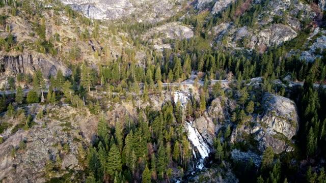 レイクタホ旅行先 - イーグル フォールズの空中ドローン ビュー - カリフォルニアシエラネバダ点の映像素材/bロール