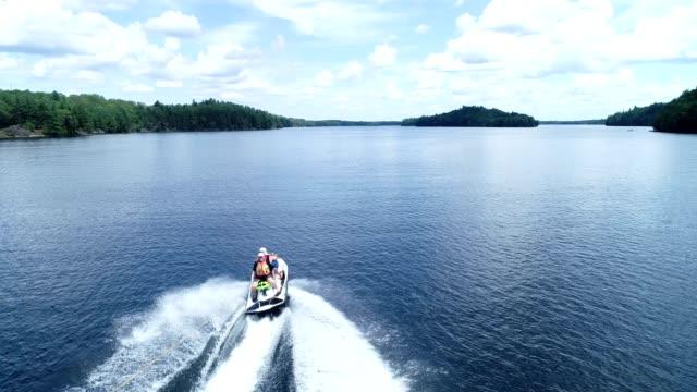 제트 스키의 뒤에 호수 튜브 - 호수 스톡 비디오 및 b-롤 화면