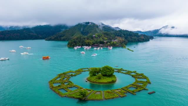 サンムーン湖の真ん中にあるレイク島、台湾の日月潭、南投、レイク島周辺の空中トップビューフローティングガーデン。 - 名所旧跡点の映像素材/bロール