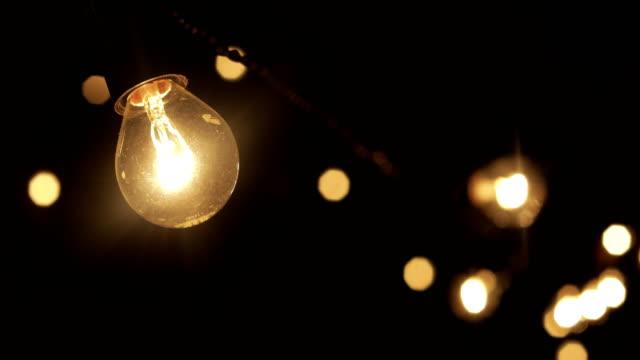 夜に燃えるガーランドのランプ - 電球点の映像素材/bロール