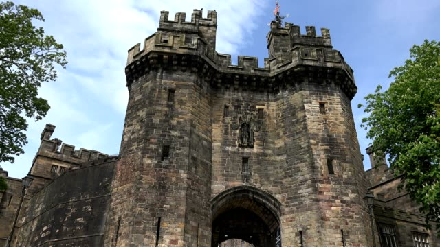 hmp lancaster castle entrance, lancaster, lancashire, united kingdom, circa may 2016 - manchester inghilterra video stock e b–roll