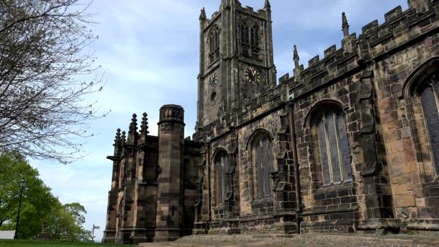 vídeos de stock, filmes e b-roll de igreja do priorado de lancaster, reino unido, por volta de maio 2016 - castelo