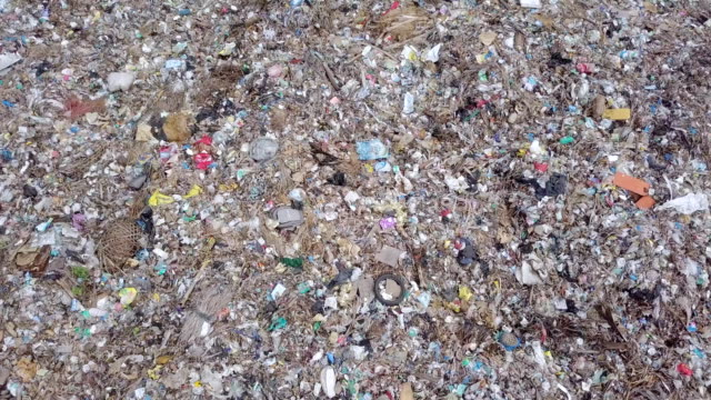 vídeos de stock e filmes b-roll de landfill suwung - trash hill serangang bali - ilha