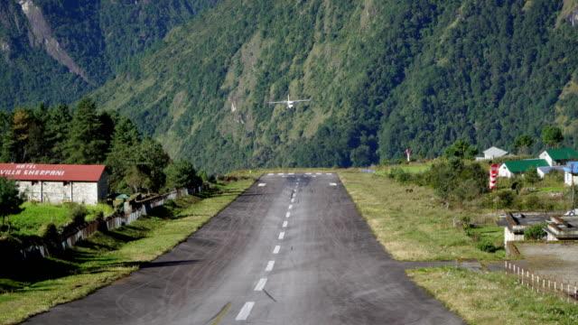 ルクラのテンジン ・ ヒラリー空港で航空機を着陸 - ネパール人点の映像素材/bロール