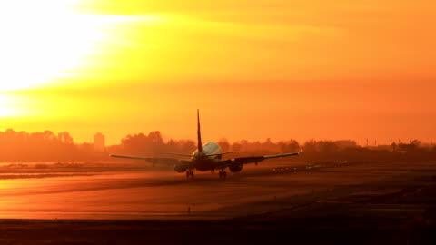 vidéos et rushes de atterrissage avion pendant le coucher de soleil - barcelone «el prat aeroport» - avion