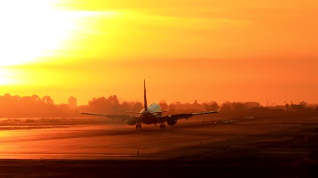 """vídeos de stock, filmes e b-roll de aterrar o avião durante o pôr do sol - barcelona """"el prat aeroport"""" - avião"""