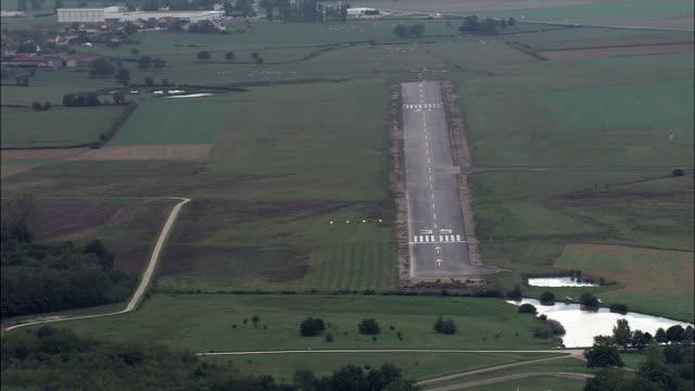 landning på banan vid champforgeuil flygplats - flygfoto - bourgogne, saône-et-loire, frankrike - liten bildbanksvideor och videomaterial från bakom kulisserna