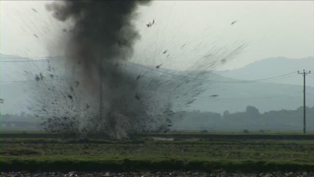vídeos de stock e filmes b-roll de minas terrestres explodir no vietname - bomba