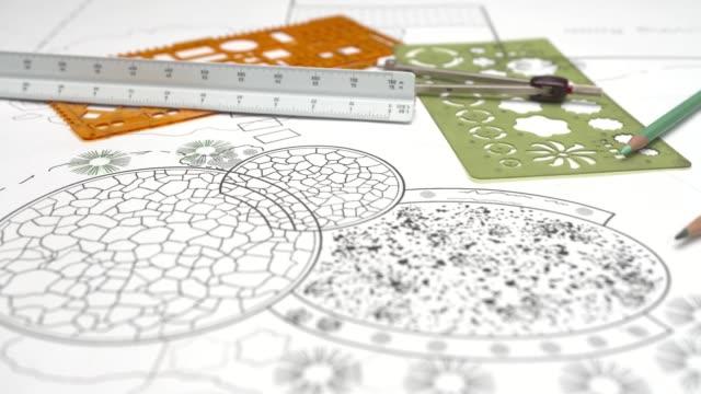 architetto paesaggista design patio in pietra nel piano giardino cortile - giardino pubblico giardino video stock e b–roll