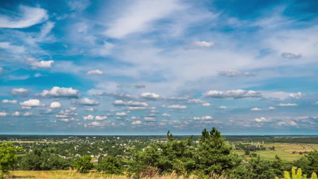 vidéos et rushes de champs de paysage et nuages mobiles dans le ciel bleu. timelapse. incroyable vallée rurale. ukraine - couleur saturée