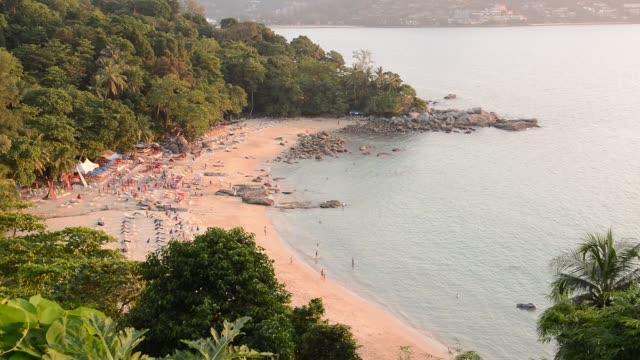 vidéos et rushes de paysage de phuket view point à leam sing beach situé dans la province de phuket en thaïlande. - mer d'andaman